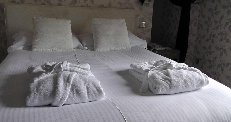dwuosobowe łóżko